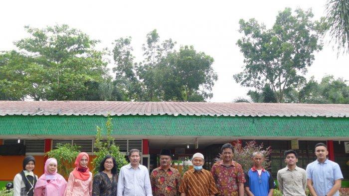 Foto bersama Tim Pengabdian Masyarakat Universitas Sumatera Utara yang diketuai oleh Dr. Erna Budhiarti Nababan, M.IT, Bersama anggota timnya Prof. Dr. Opim Salim Sitompul, M.Sc, Dedy Arisandi, ST, M.Kom, Seniman, S.Kom, M.Kom bersama tiga orang mahasiswa dan sivitas akademika SMP Negeri 1 Binjai Kwala Begumit.
