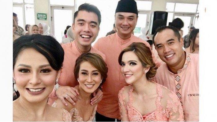 Nia Ramadhani bersama kakak-kakaknya saat pernikahan pernikahan Thalita Elizabeth