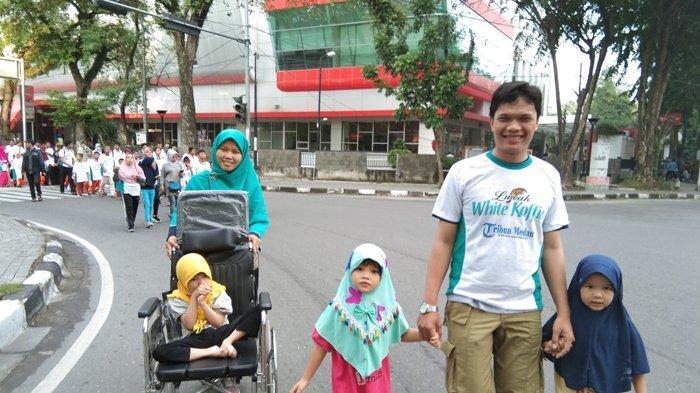 Nilsya Ajak Suami dan 3 Anaknya Ikuti Jalan Sehat Tribun Bersama Luwak White Koffie