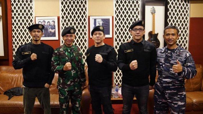 Noah Band bersama TNI Angkatan Laut menyanyikan lagu hymne bertajuk Wiratama Hiu Kencana dalam memperingati 40 hari gugurnya para pahlawan bangsa ABK KRI Nanggala-402 di medan penugasan. (HO)