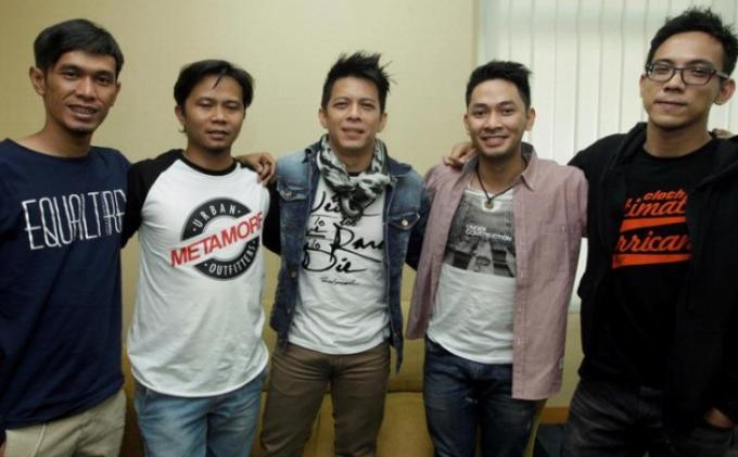 Para personel NOAH, yaitu (dari kiri ke kanan) Lukman, Reza, Ariel, Uki, dan David berkunjung ke kantor Redaksi Kompas.com, Palmerah, Jakarta, Selasa (26/3/2013).