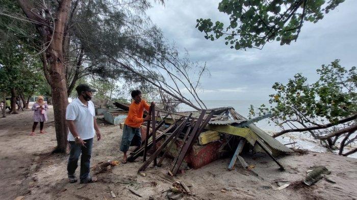 Ombak Besar Terjang Pantai Serambi Deli, Sejumlah Pondok Roboh