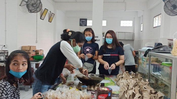 Wujud Perhatian di Masa Pandemi, OMK Katedral Medan Bagikan Bantuan untuk Anak-anak dan Tukang Becak