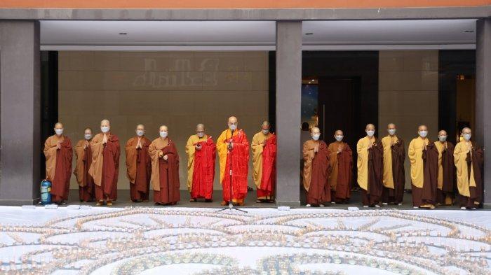Organisasi vihara di Kota Medan bersatu terdiri dari Vihara Ratana Stupa Agung, Persamuhan Umat Mettayana Buddhist Centre, Mahapajapati Buddhist Center dan Vihara Buddha mengadakan acara 480.000 harapan menerangi dunia di Perguruan Buddhis Bodhicitta Kota Medan, Sabtu (26/12/2020).