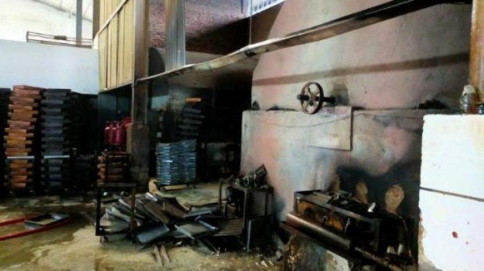 PABRIK ROTI KEBAKARAN - Sebuah pabrik roti CV Coklat Bakrie di kawasan Jalan Tengku Amir Hamzah, Kota Binjai, hampir ludes terbakar, Senin (5/7/2021). (TRIBUN MEDAN/SATIA).