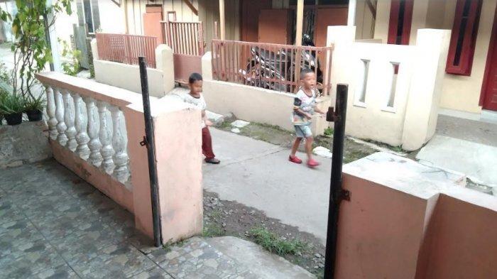Pagar salah satu rumah di Gang Keluarga, Jalan Tuba IV, Kelurahan Tegal Sari Mandala III, Kecamatan Medan Denai dicuri setelah rumah tersebut dua bulan tidak dihuni, Rabu (15/9/2021).