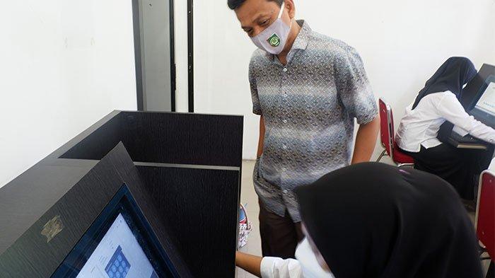 Rektor UISU Dr. H. Yanhar Jamaluddin, MAP melihat langsung pelaksanaan ujian CBT calon mahasiswa Fakultas Kedokteran di Pusat Administrasi UISU Jalan SM Raja Medan, Minggu (2/5).