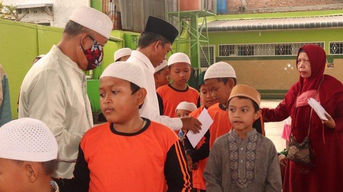 Rektor UISU Dr. H. Yanhar Jamaluddin, MAP menyerahkan bantuan kepada anak yatim di Rumah Singgah Islamiyah Kelurahan Sari Rejo Kecamatan Medan Polonia kemarin (11/1)