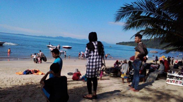 SUASANA keramaian pengunjung di Pantai Pandan Jalan Sisimangaraja, Padangsidimpuan, Pandan, Kabupaten Tapanuli Tengah, hari Senin (16/3/2020).