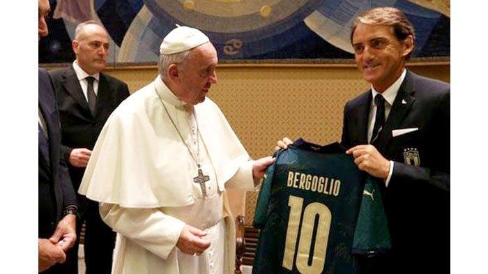 Pelatih Tim Nasional Italia Roberto Mancini memberikan kostum tim nasional kepada Paus Fransiskus saat kunjungan skuat ke Vatikan jelang kejuaraan Euro 2020 beberapa waktu lalu.