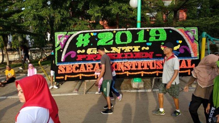 Papan Bunga Berhastag Politis Jadi Tontonan Warga di Lapangan Merdeka