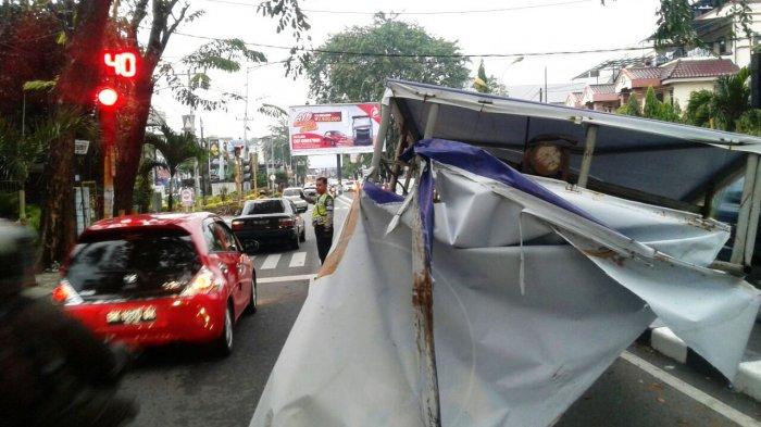 Hujan, Papan Reklame Tumbang Polisi Standby Atur Lalu Lintas