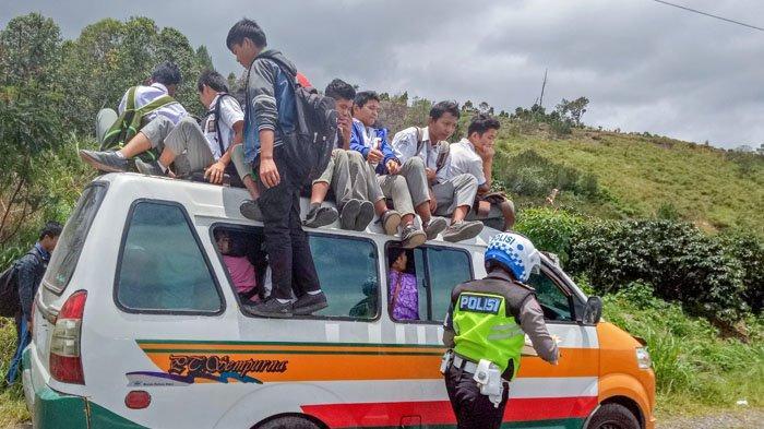 Polisi Dairi Berburu Pengendara Nakal, Supir Angkot yang Naikkan Pelajar di Atas Kap Kocar Kacir