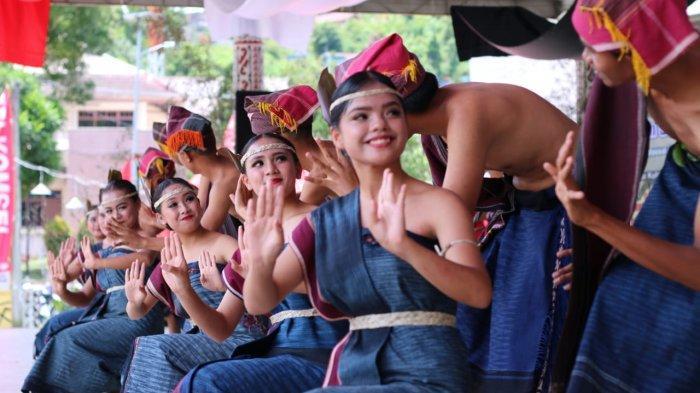 Para penari mengenakan pakaian adat dan ulos Batak