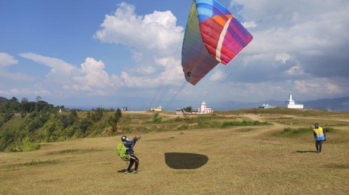 Paralayang di Bukit Singgolom, Balige Bisa Jadi Pilihan Habiskan Weekend