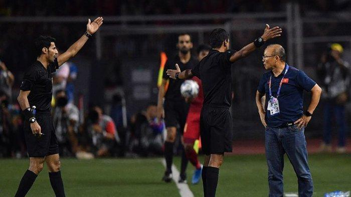 elatih Timnas U-22 Vietnam Park Hang Seo (kanan) melakukan protes ketika dirinya mendapat kartu merah saat timnya melawan Timnas U-22 Indonesia dalam final sepak bola putra SEA Games 2019 di Stadion Rizal Memorial, Manila, Filipina, Selasa (10/12/2019). Timnas U-22 Indonesia meraih medali perak setelah kalah 0-3 dari Vietnam.