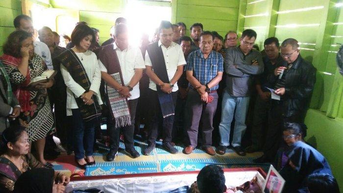 Melayat ke Rumah Duka Koordinator Kecamatan, Eddy Berutu Menitikan Air Mata