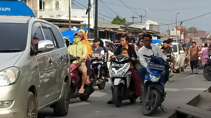Warga Padati Lokasi Pasar Baru Simpang Jodoh, Banyak Pengendara Tak Pakai Masker