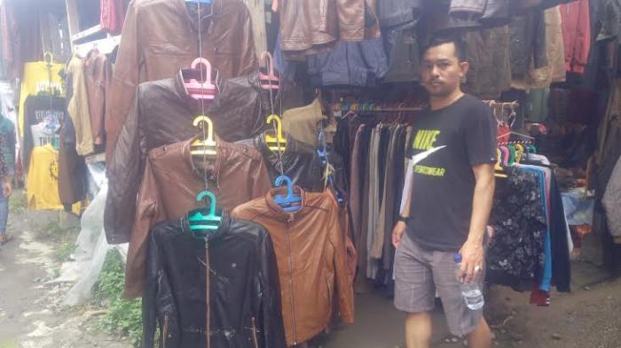 Pembeli tampak melihat-lihat jaket kulit bekas di Pasar Melati. (Tribun-Medan.com/ Silfa Humairah)
