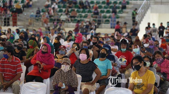 BERITA FOTO Warga Antre Dengan Menerapkan Physical Distancing Saat Beli Sembako Murah di Medan