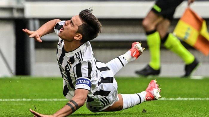 Pemain depan Juventus Paulo Dybala jatuh setelah bertabrakan dengan bek Sampdoria Omar Colley pada pertandinganSerie A Italia antara Juventus dan Sampdoria di stadion Juventus di Turin, Minggu (26/9/2021).