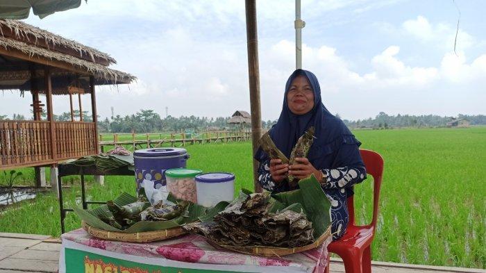 Pedagang jajanan tradisional saat berjualan di Pasar Kuliner Tradisional Paloh Naga di Desa Denai Lama, Kecamatan Pantai Labu, Deliserdang, Sabtu (22/5/2021).