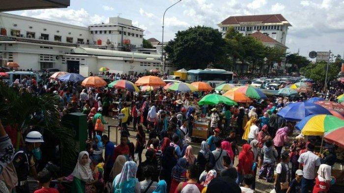 1.000 PKL Tumpah Berjualan di Trotoar di  Kota Tua Jakarta Bikin Kesemrawutan
