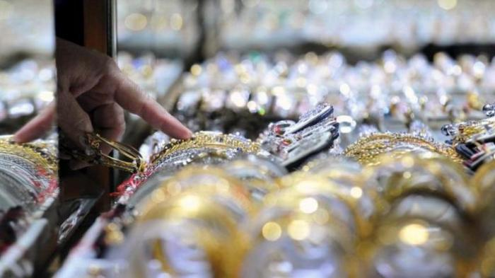 Pedagang menunjukkan emas di salah toko emas di Pasar Cikini, Jakarta, Senin (16/4/2012).
