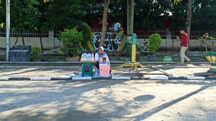 Lapangan Merdeka Mulai Ramai Pengunjung, Pedagang Air Mineral Alami Peningkatan Penjualan