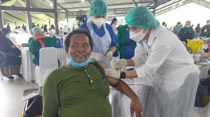 FOTO di akun Facebook seorang dosen Fakultas Ilmu Budaya USU bernama Wara Sinuhaji yang divaksin pada Pekan Vaksinasi Covid-19, Kamis (12/2/2021).