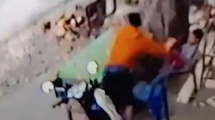 Detik-detik Seorang Pencuri Sambar Handphone Anak Kecil di Tengah Jalan