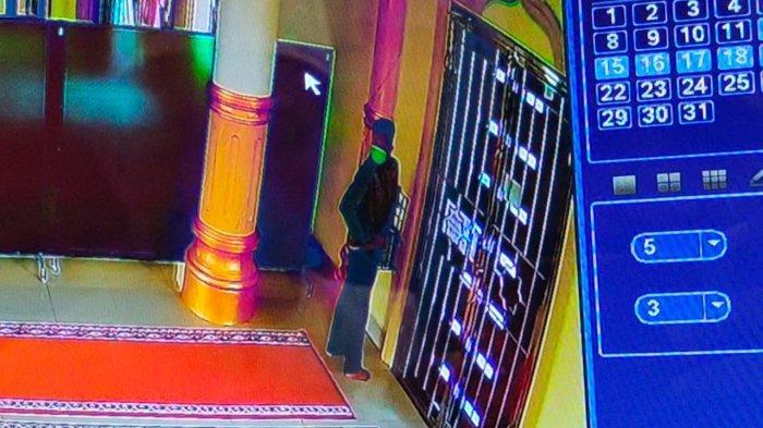 Terekam CCTV Pria Congkel dan Curi Kotak Infak di Masjid, Modus Lakukan Hal Ini