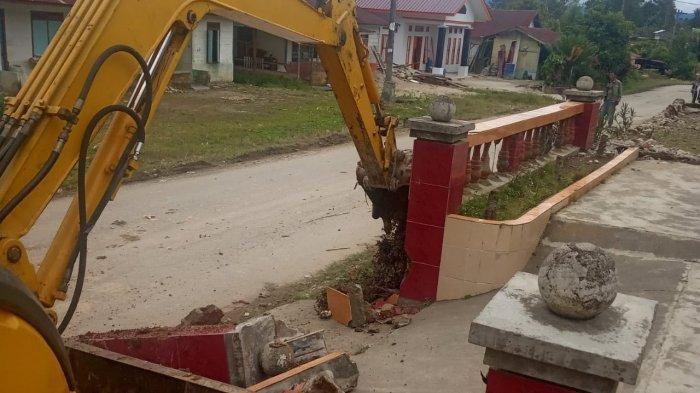 Warga Sibingke Mengeluh Rumahnya Rusak Gara-gara Pelebaran Jalan, Sekdes Membantah