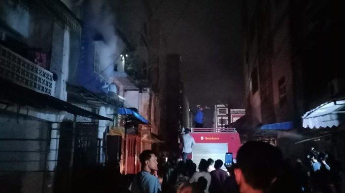 Toko Pecah Belah di Lubukpakam Dilahap Si Jago Merah, Api Berasal dari Lantai Dua