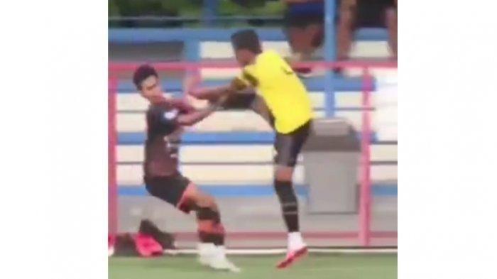 Pemain AHHA PS Pati FC, Syaiful Indra Cahya menendang muka pemain Persiraja  Muhammad Nadhiif di Lapangan Pancoran Soccer Field, Senin (6/9/2021) sore.
