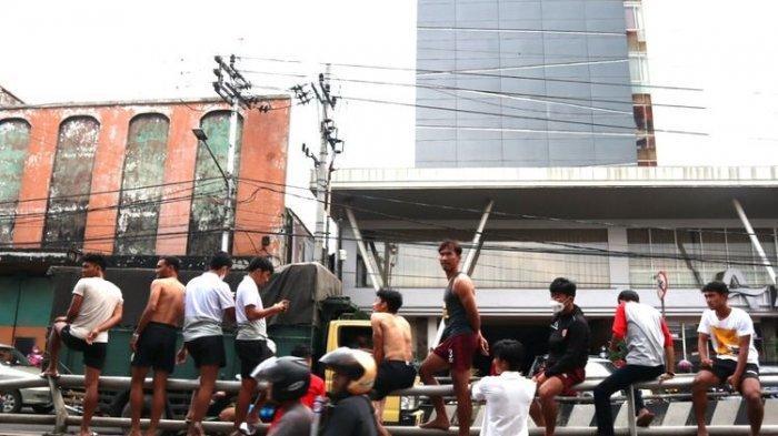 Pemain PSM Makassar Zulkifli Syukur (berdiri) berlari keluar hotel karena terjadi gempa 6,7 ??RS yang menguncang Malang, Jawa Timur, Sabtu (10/04/2021) siang. (KOMPAS.com/Suci Rahayu)