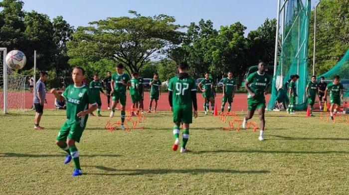 Pemain PSMS Medan saat lakukan latihan di Sport Center kawasan Stadion Glora Jakabaring, Palembang. Latihan ini untuk menatap laga kedua dalam Liga 2 di mana PSMS akan berhadapan dengan Muba United pada Senin depan.
