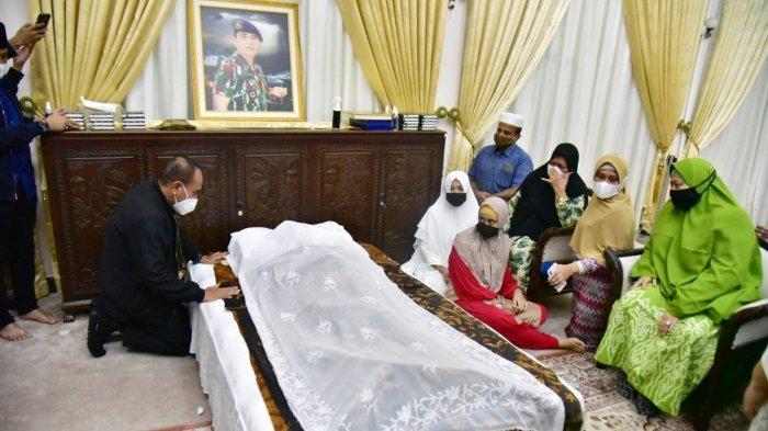 Jenazah Kombes Zulfikar Tarius, adik kandung Gubernur Sumut Edy Rahmayadi saat tiba di rumah dinas, Senin (26/4/2021).(IST)