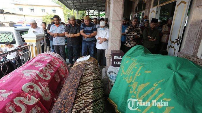 Jenazah korban kecelakaan maut berada di Masjid Al Amin untuk disalatkan di Dusun IX, Desa Laut Dendang, Kecamatan Percut Sei Tuan, Deli Serdang, Sumatera Utara, Senin (22/2/2021).TRIBUN MEDAN/RISKI CAHYADI