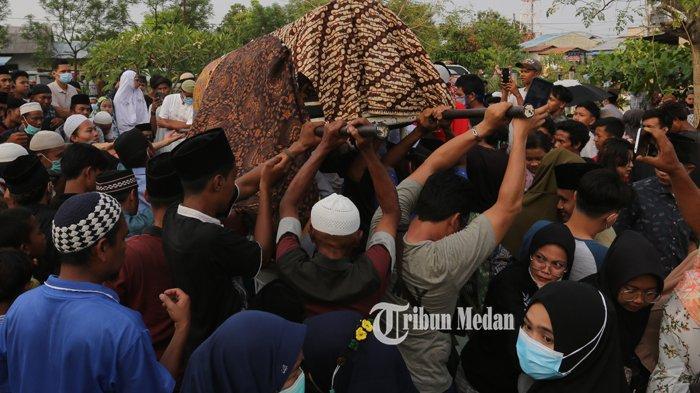 Warga mengusung jenazah korban kecelakaan maut untuk dimakamkan di TPU Kamboja, Kecamatan Percut Seituan, Deliserdang, Senin (22/2/2021). TRIBUN MEDAN/RISKI CAHYADI