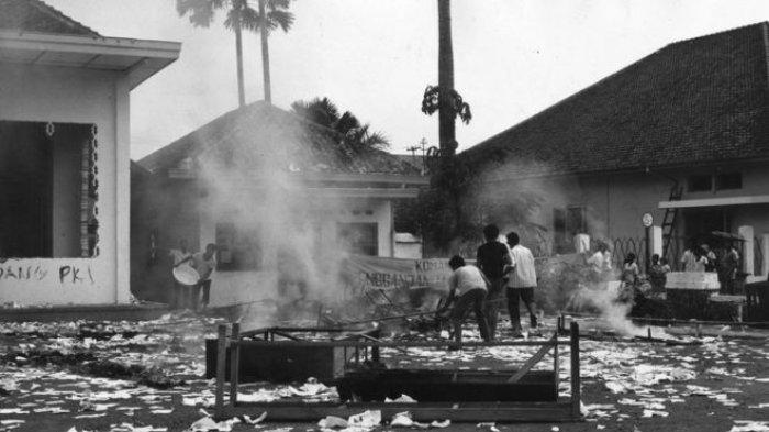 Belasan anggota organisasi pelajar Muslim membakar sekretariat organisasi pelajar underbow PKI.