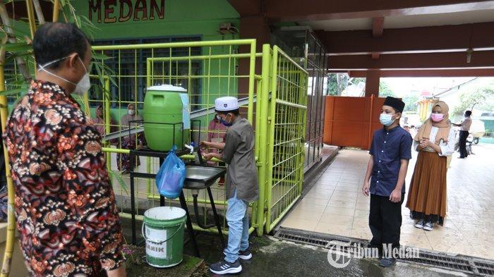 Sejumlah siswa mencuci tangan sebelum memasuki area sekolah pada uji coba pembelajaran secara daring di SMP Muhammadiyah I, Jalan Demak, Medan, Sumatera Utara, Selasa (06/07/2021). Pemerintah Kota Medan mengambil kebijakan pada tahun ajaran baru 2021/2022 dilakukan secara daring yang akan berlangsung pada 12 Juli 2021 mendatang.TRIBUN MEDAN/RISKI CAHYADI