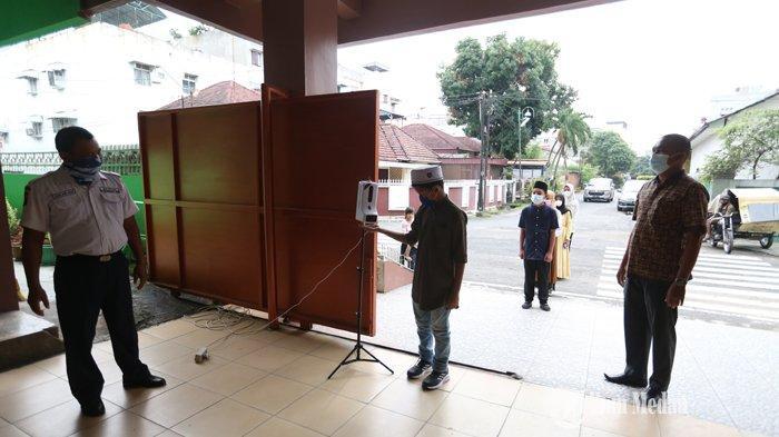 Sejumlah siswa mengukur suhu tubuh sebelum memasuki area sekolah pada uji coba pembelajaran secara daring di SMP Muhammadiyah I, Jalan Demak, Medan, Sumatera Utara, Selasa (06/07/2021). Pemerintah Kota Medan mengambil kebijakan pada tahun ajaran baru 2021/2022 dilakukan secara daring yang akan berlangsung pada 12 Juli 2021 mendatang.TRIBUN MEDAN/RISKI CAHYADI
