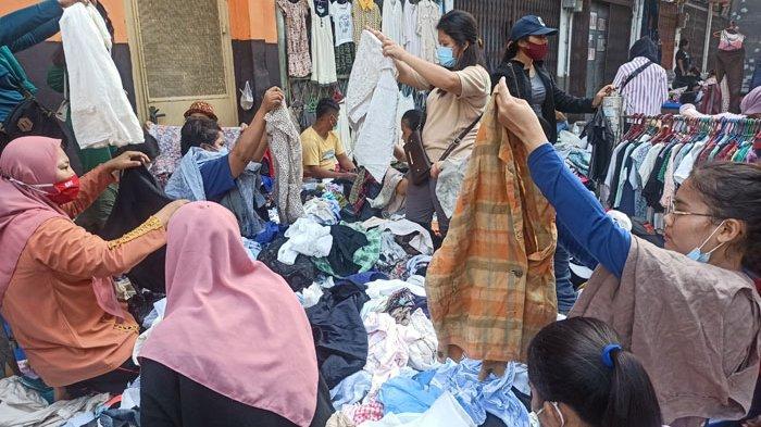 Pembeli saat memilih pakaian bekas di Pasar Monza Sambu, Minggu (15/11/2020).