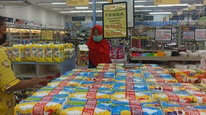 Pembeli saat memilih produk promo di Maju Bersama Supermarket, Minggu (30/5/2021). (Tribun-medan.com/ Kartika Sari)