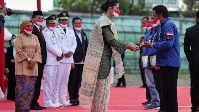 Bobby Nasution dan Istrinya Sematkan Tanda Kehormatan Satyalancana Karya Satya kepada ASN