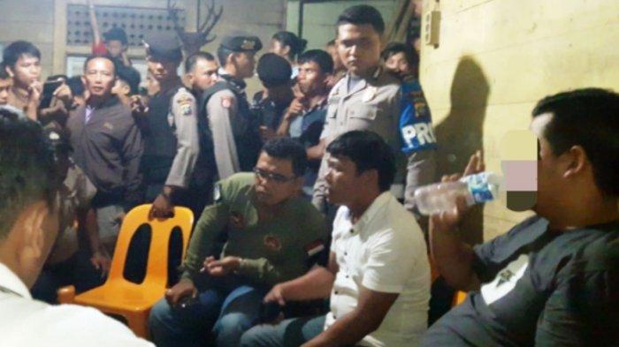 Oknum Polisi Dihukum Denda Babi dan Beras Akibat Ngamuk dan Rusak Pintu Warga