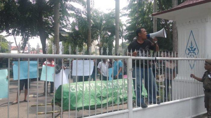 Pemborong Swakelola Kembali Demo Tuntut Pemkab Bayar Utang, Bawa Keranda ke Kantor Bupati
