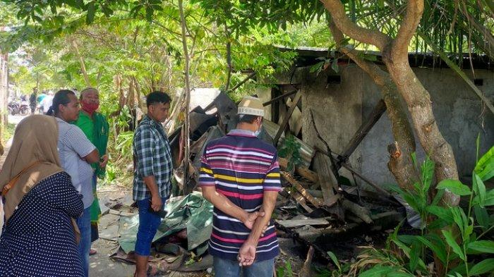Kondisi rumah Khairuddin Siregar yang membunuh tukang gali kubur Tatang Suhendar (70) di Gang Madrasah Lingkungan XI Kelurahan Enam Ratus, Kecamatan Medan Marelan.