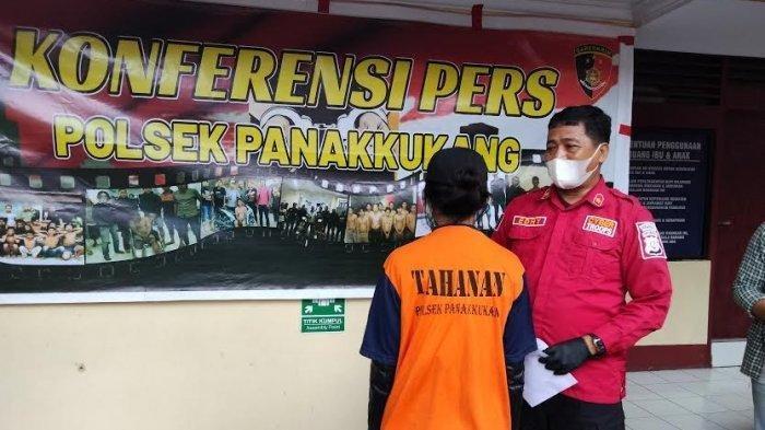 Pelaku penikaman Selebgram Makassar, Ari Pratama, Aisyah Alfika saat diamankan di Mapolsek Panakukkang, Jl Pengayoman Makassar, Jumat (5/3/2021) sore.